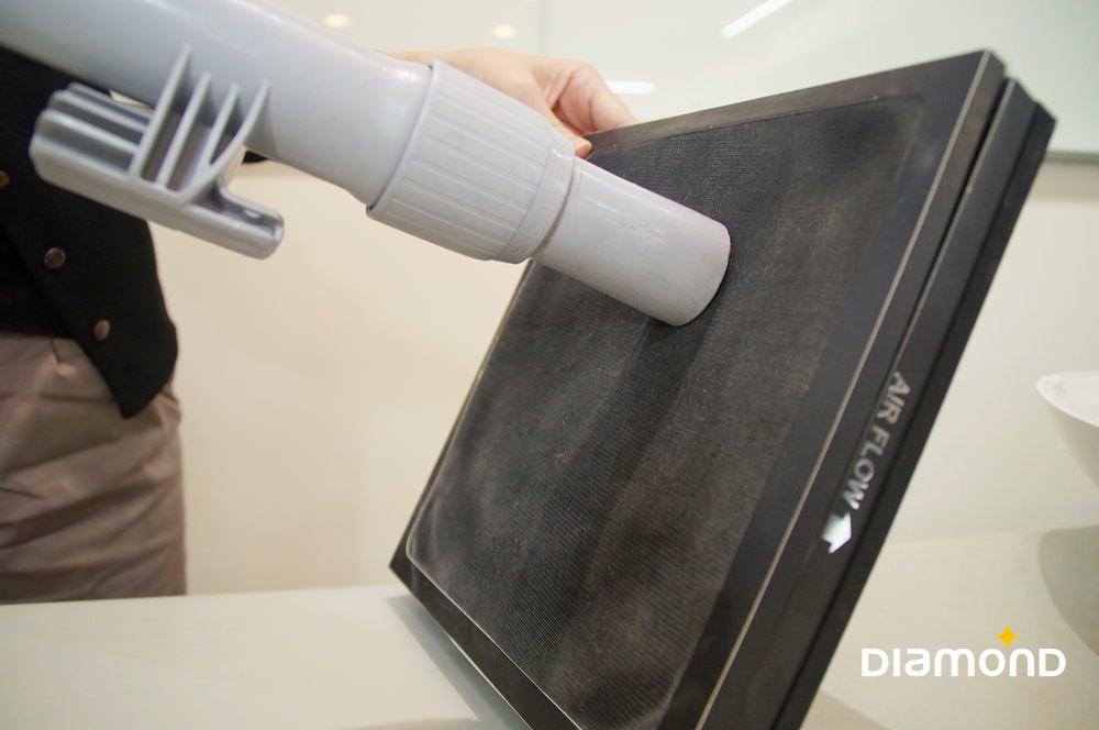 使用吸塵器吸淨濾網上灰塵